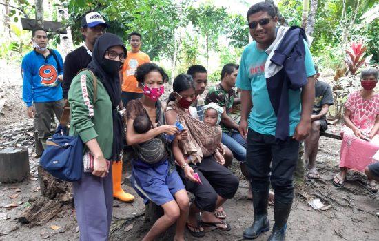 Bawaslu Tikep Bagi Sembako dan APD ke Suku Tobelo Dalam di Tayawi