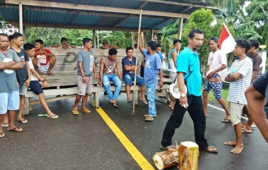 Pemuda Halut Terbunuh, Warga Palang Jalan Tuntut Pelaku Ditangkap