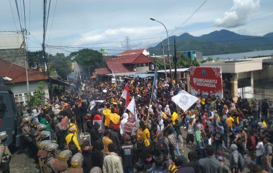 Aksi Tolak UU Ciptaker Ricuh, 2 Mahasiswa dan 1 Jurnalis Dilarikan ke RS