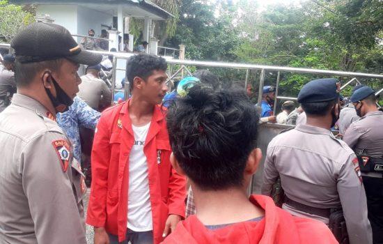 Tolak UU Ciptaker, Mahasiswa di Sula Bentrok dengan Petugas Keamanan