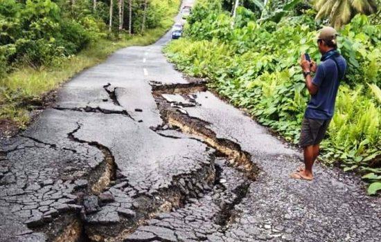 Jalan Penghubung 2 Kecamatan di Morotai Retak, Kendaraan Tak Bisa Lewat