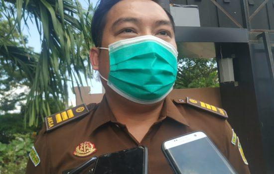 Kejari Halmahera Timur Serahkan 2 Tersangka Korupsi Air Mancur