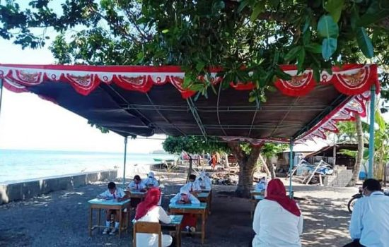 Jaringan Internet Minim, Siswa SD di Tidore Terpaksa Ujian di Tepi Pantai