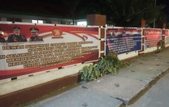 3 Parpol Oposisi 'Kepung' Kejari Morotai dengan Spanduk Dukungan Berantas Korupsi