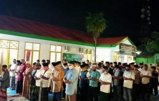 Dukung Pemberantasan Korupsi, Ormas dan Parpol Tarawih Berjamaah di Halaman Kantor Kejari Morotai